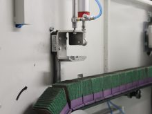 Cross belts automatic abrasive wear compensation